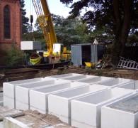 Plaatsen van betonnen grafkelders